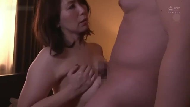【NTR】爆乳豊満な美人妻が乳房を揉みしだかれて寝取りプレイに感じまくる!