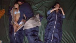 【NTR】キャンプに来ていた人妻を夜中にテントの中で寝取る悪い奴