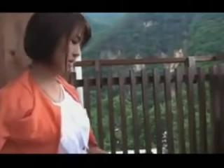 夫と温泉旅行に来ている母乳の出るスレンダー美人妻が露天風呂で不倫